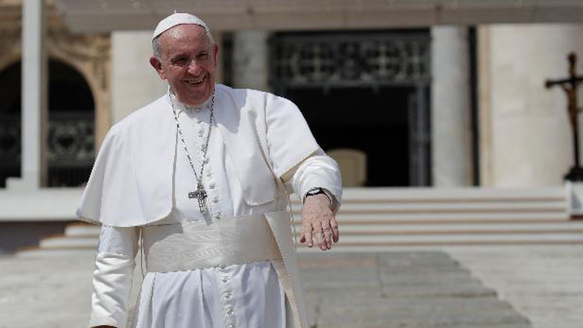 Pope Francis salutes pilgrims and faithful as he leaves St. Peter's Square at the Vatican after his weekly general audience, Wednesday, Aug. 28, 2019. (AP Photo/Alessandra Tarantino)