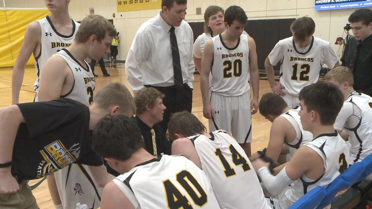 Mullen during a team huddle moments before the opening tip-off.<br />(Credit:Patrick Johnstone/KNOP-TV)