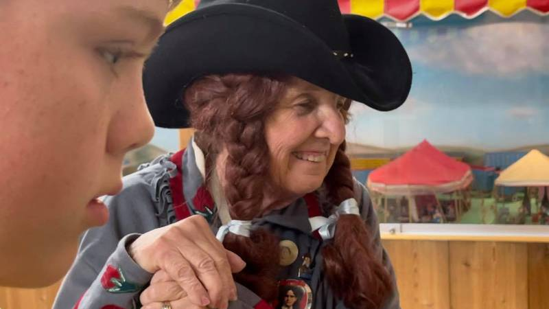 """Vicki McCarty aka """"Annie Oakley"""" shares stories about Buffalo Bill with an interested boy."""