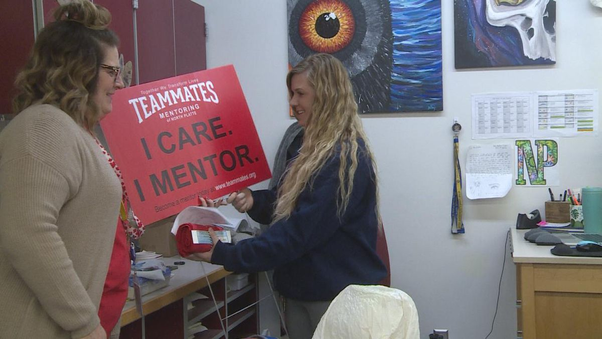 Teacher smiles as they receive their sign and t-shirt from NPHS staff. (SOURCE: Kaylie Crowe KNOP-TV)