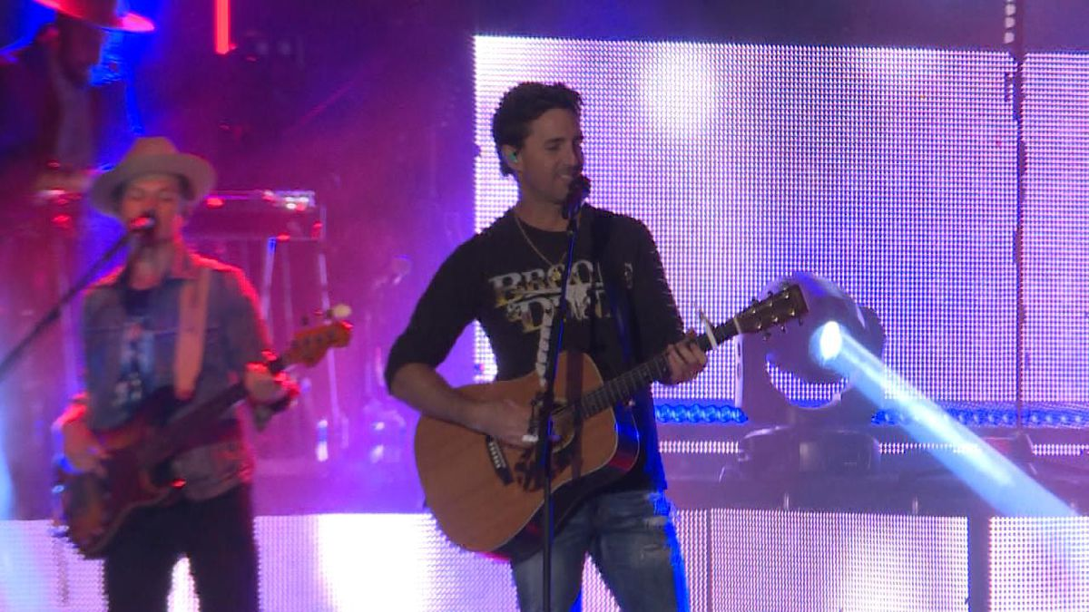 Jake Owen entertains crowd as Nebraskaland Days concert headliner. (Source: Jace/Holly Barraclough, KNOP TV)