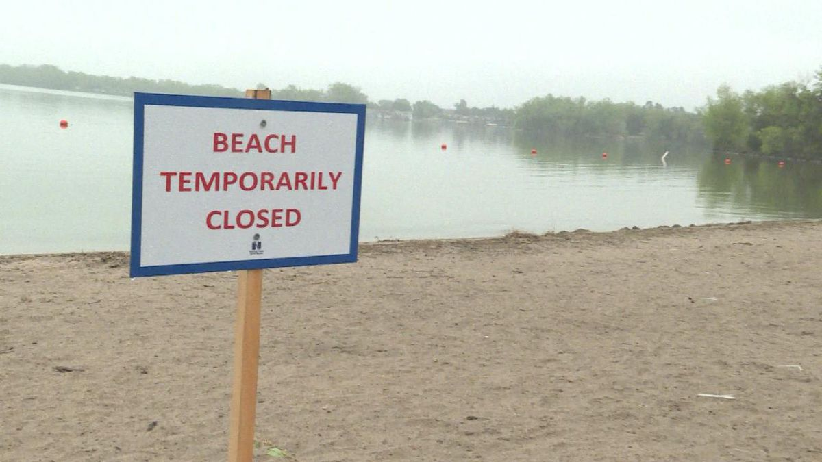 A sign is posted on the south beach of Lake Maloney telling visitor's it's closed. (Source: Jace Barraclough/KNOP)